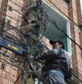 Trabajadores arriesgan su vida en contacto con marañas de cables